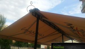 Egyedi napellenző egy étterem teraszán